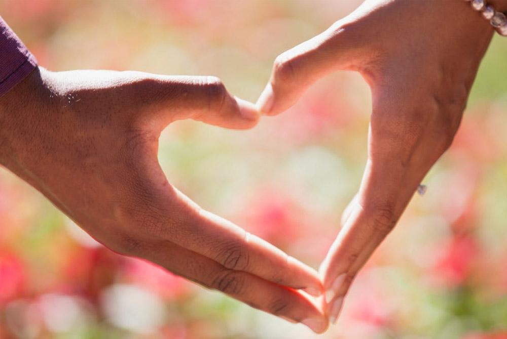 Zwei Hände formen zusammen ein Herz