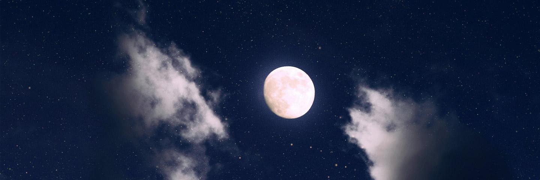 Nachthimmel mit Vollmond, hellen Wolken und Sternen