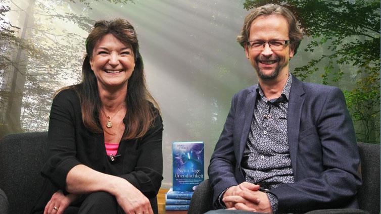 Anke Everzt und der Moderator Thomas sitzen nebeneinander und lachen in die Kamera.